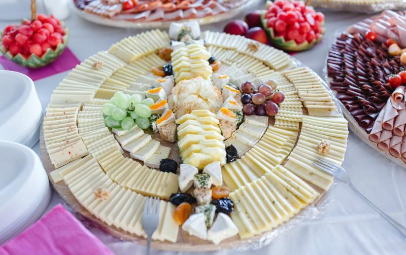 красиво выложенный сыр