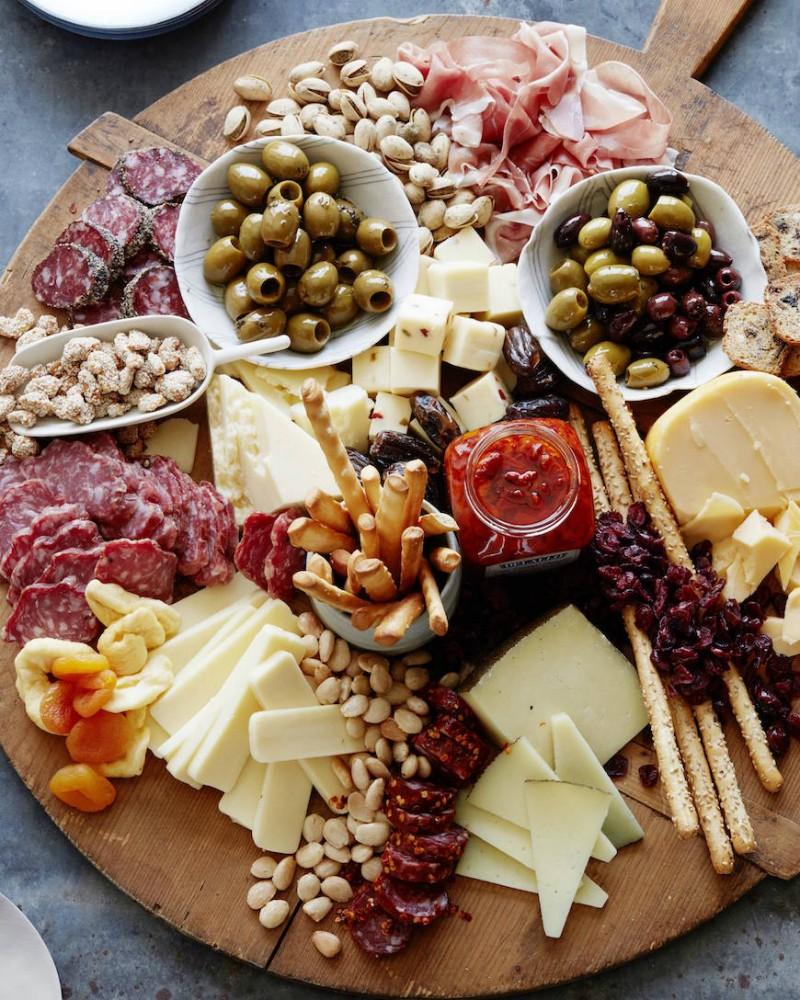 красивая сырно-мясная тарелка