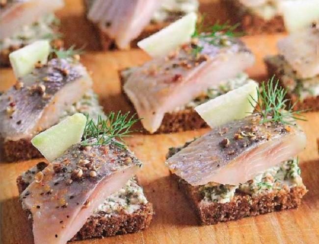 Быстрые блюда на Новый год, бутерброды «Русские» с селедкой