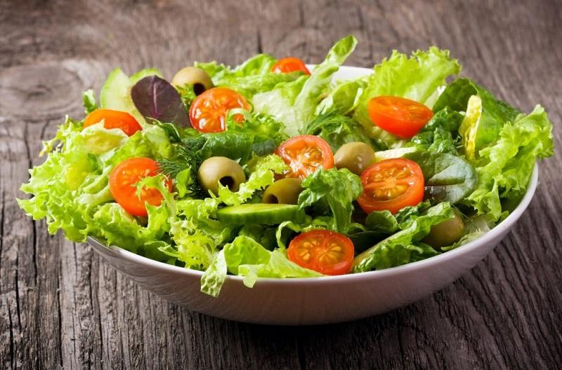 салат с листьями салата и помидорами